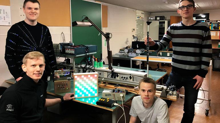 De bruker mye tid i Elektronikklubben, og lærer mye av det. Sittende fv: Kristoffer Berg Herrefoss og Olav Vangen. Stående fv: Thomas Grong og Bjørn Vegard Tveraaen.