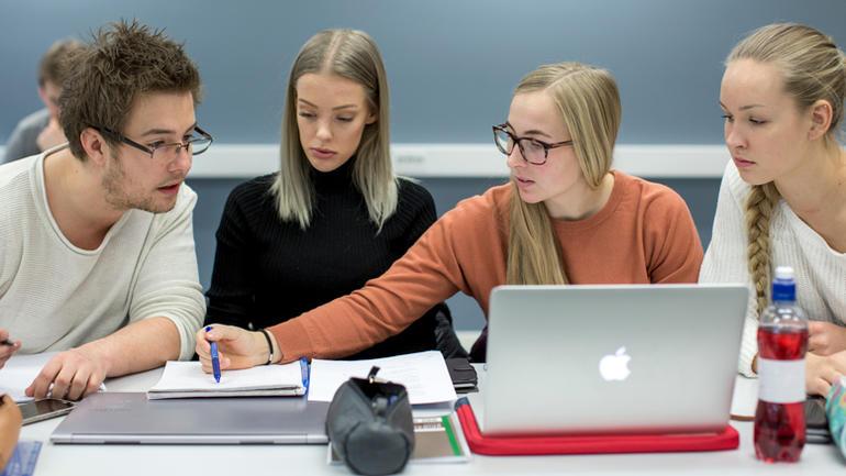 Studenter som jobber med oppgave.