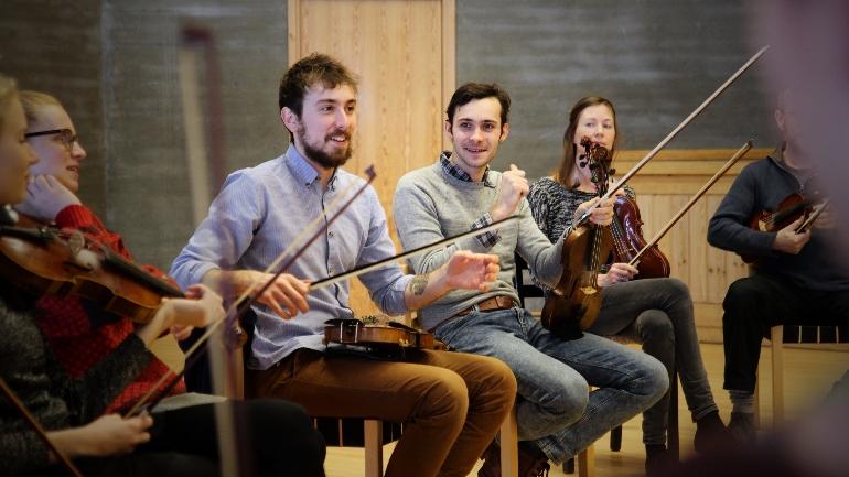 Kurs under Vinterfestivalen om folkemusikk og folkekunst på campus Rauland.