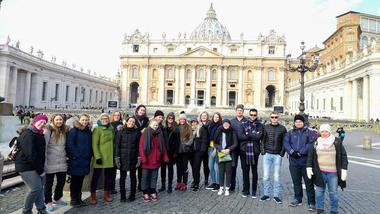 Hele gruppen fotografert utenfor Peterskirken