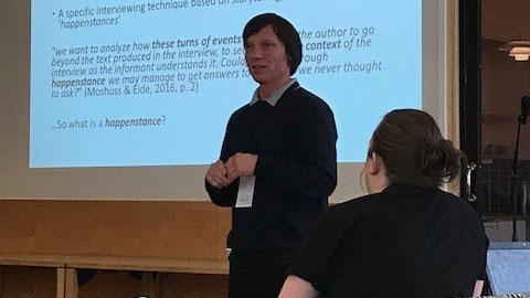 David Thore Gravesen holder foredrag. Foto.