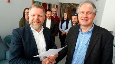 - Vi er allerede i gang med samarbeidet for å hjelpe startup-selskapet Fluid Metal 3D videre, sa Morten Christian Melaaen (tv) fra Høgskolen i Sørøst-Norge og Thor Sverre Minnesjord i Green Business Norway (GBN) da de nylig signerte samarbeidsavtale om å ta flere internasjonale teknologi idéer ut i markedet.