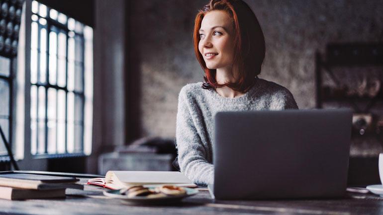 Kvinne ved laptop. Foto:iStock/Xsandra