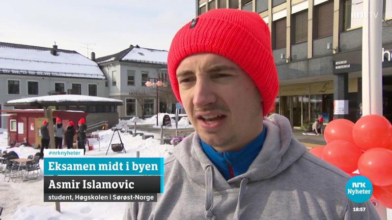 Studenter tok eksamen på torgarrangement i Larvik. Skjermdump fra NRK