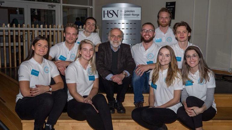 Rektor Petter Aasen sammen med studenter på HSN. Foto