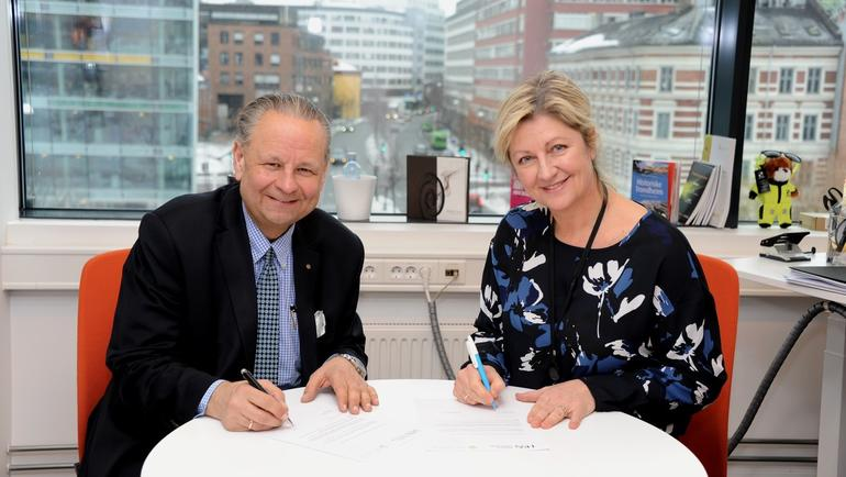 Negotias forbundsleder Monica A. Paulsen og arbeidslivskoordinator Trond I. Østgård ved USN. Foto: Terje Bergersen
