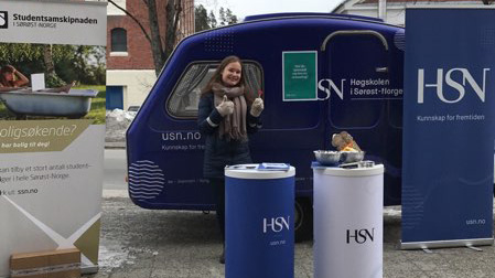 Student på stand for HSN