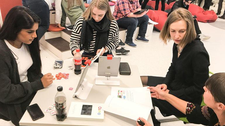 Statsråd Iselin Nybå i DigTekLab sammen med lærerstudenter fra Drammen. Foto
