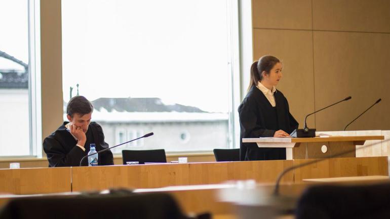 Fikk prøve seg som jurist i retten: Espen Stensland og Henriette Sumstad vant jusstudentenes konkurranse om beste prosedyre i Ringerike Tingrett.