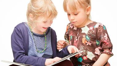Større engasjement: Da HSN-tilsette arbeida med korleis lesing blir praktisert i barnehagen, så byrja barna å interessere seg meir for bøkene. Foto: Colourbox