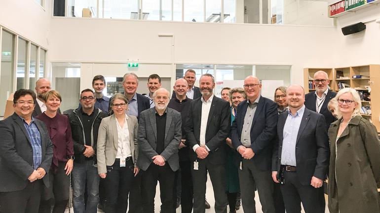 Nåværende FoUI-eksperter og ansatte fra Kongsberg Gruppen og HSN var gjester under signeringen i Dronesonen på campus Kongsberg. Foto: Jan-Henrik Kulberg, HSN