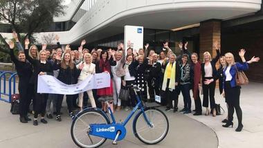 Kvinnelige toppledere samlet foran hovedkontoret til LinkedIn i California