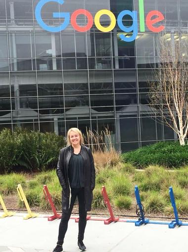 Inger Lise Nes fra HSN Handelshøyskolen utenfor Googles hovedkvarter. Foto: Privat