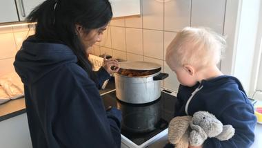 barnehagebarn lager mat i barnehagen.foto