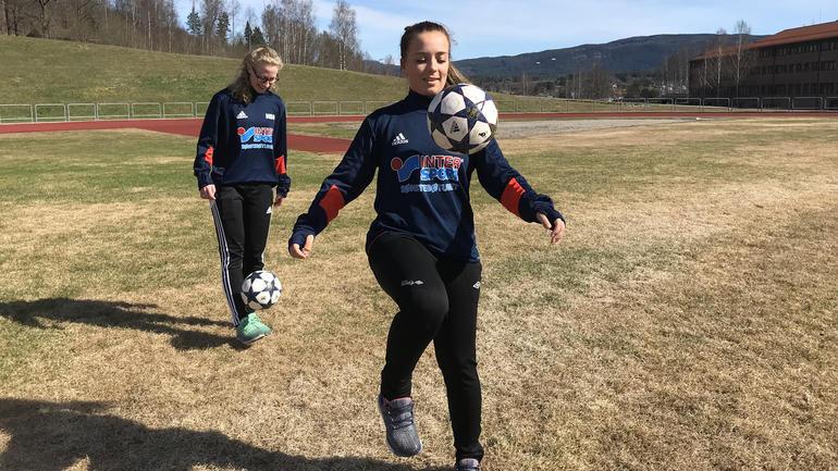 To studenter dribler ball i vårsola. Foto: Ragne B. Hvidsten