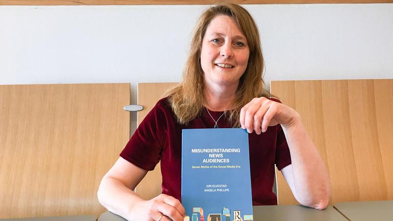 Eiri Elvestad har skrevet «Misunderstanding News Audiences» med professor i journalistikk Angela Phillips ved Goldsmiths, University of London. Boken er nettopp gitt ut på Routledge forlag. Foto