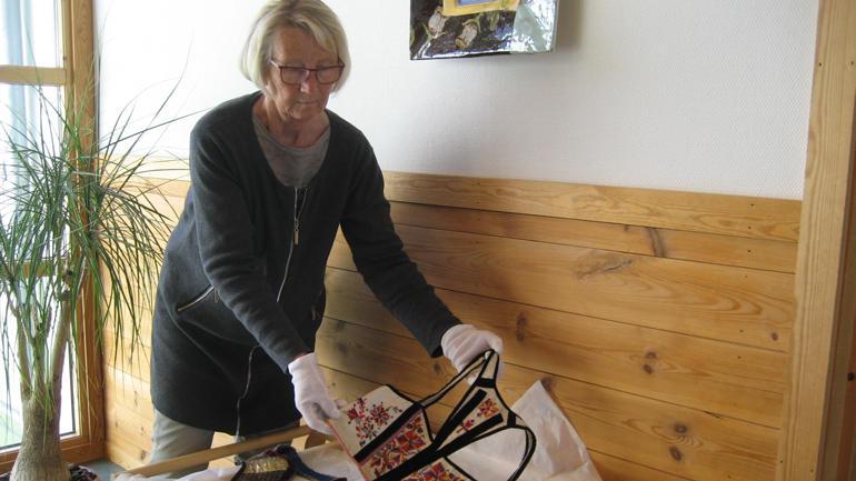 Mari Rorgemoen syner fram eit av bunadsbroderia dei har på studiestad Rauland. Foto: Anne Margit Barstad