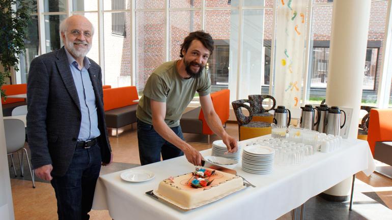 Petter Aasen og Sam Mathias Steyaert feira årets idé med kake.