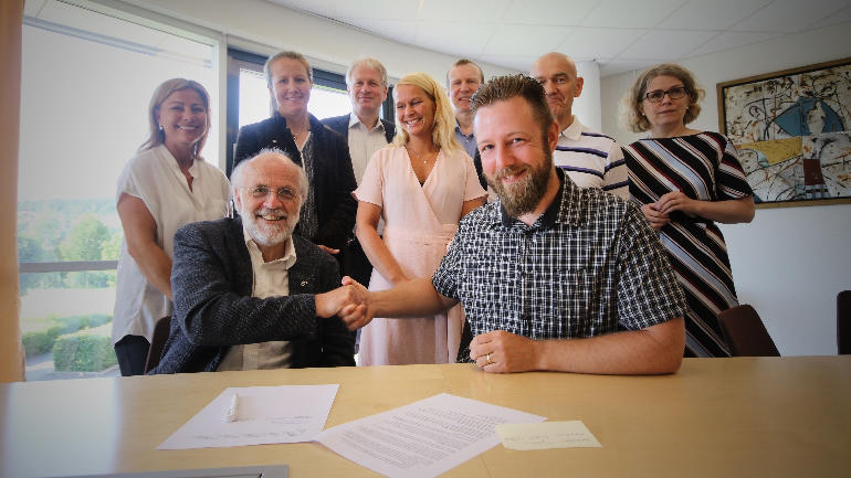 Signering mellom USN-rektor Petter Aasen og MHWirth ved campus Porsgrunn til industrimasterprogrammet. (Foto: Stian Kristoffer Sande)