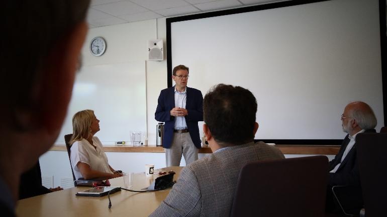 Administrerende direktør Magnar Bakke presenterte INEOS under signeringen ved campus Porsgrunn til industrimasterprogram.