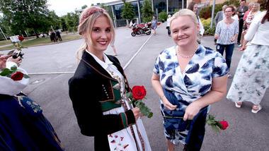 To studenter fra grunnskolelærerutdanningen 1 til 7 med hver sin rose utenfor campus Vestfold.