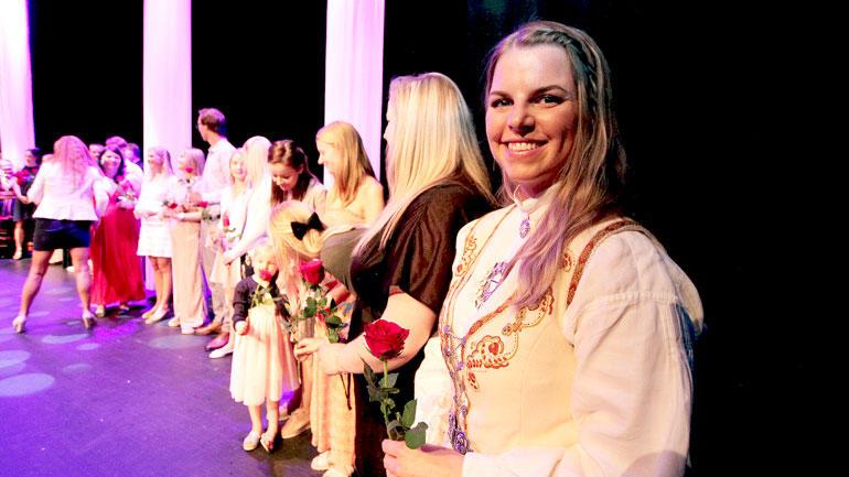 Fersk lærer smiler på scenen under rosesermonien, Marie Tanum