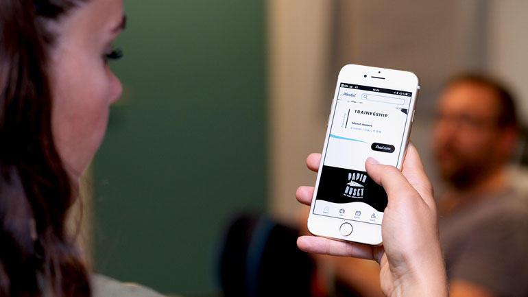 Nærbilde av en mobil som viser applpikasjonen.