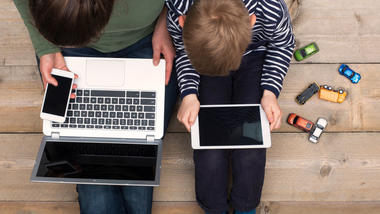 Ungdom og barn bruker skjermer. Foto iStock/patat