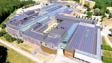 Tre tusen kvadratmeter med solcellepaneler er montert på USN-taket i Vestfold og skal produsere 400.000 kWh strøm i året. (Foto: Statsbygg)