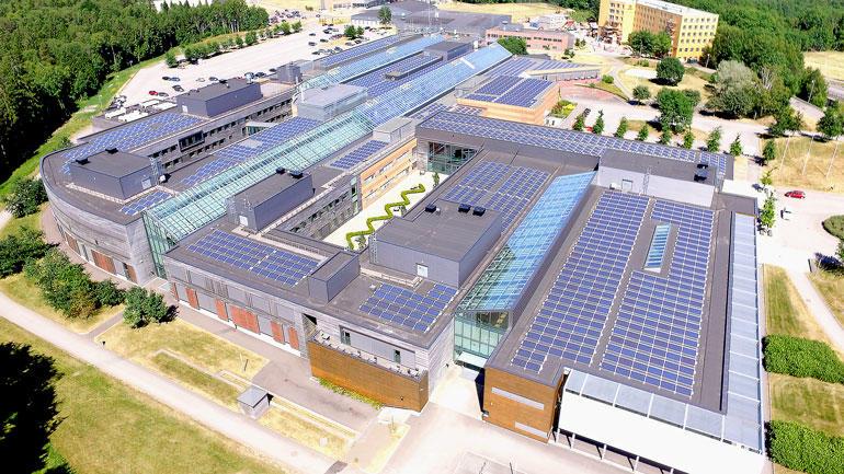 Flyfoto av USN-taket i Vestfold med det enorme solcelleanlegget.