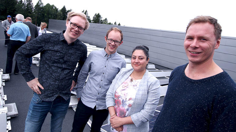 Fire ingeniørstudenter som har vært med på solcelleprosjektet.