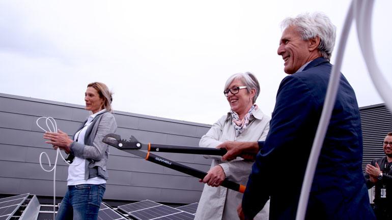 Klippingen med hekksaks utført av USNs infrastrukturdirektør Johnny Thorsen og Statsbyggs eiendomssjef Gro Bratsberg.