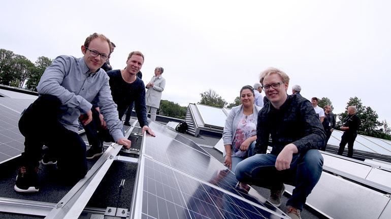 De fire ingeniørstudentene viser frem solcelletaket på USN campus Vestfold.