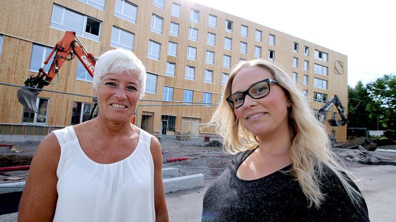 Nærbilde av prosjektleder Lisbeth Varpe og kommunikasjonssjef Linda Tabita Tangen foran nybygget i Vestfold
