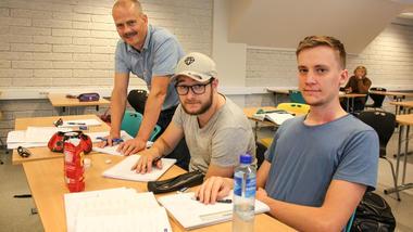 Foreleser og studenter på tresemester, campus Porsgrunn