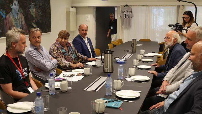 Alle samlet rundt bordet.