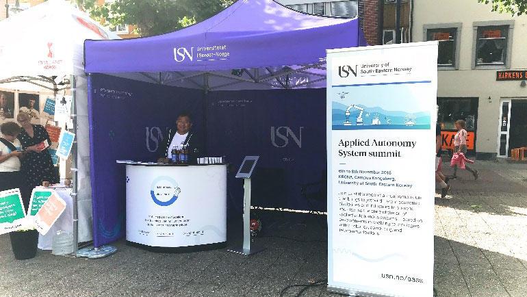 Leder for USN Partnerskap Duy Tho Do er på plass på USNs stand i Arendal.  Foto