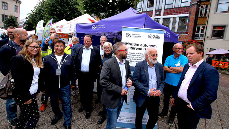 USN-rektor Petter Aasen og mange andre fra ledergruppen samlet foran standen på Arendalsuka