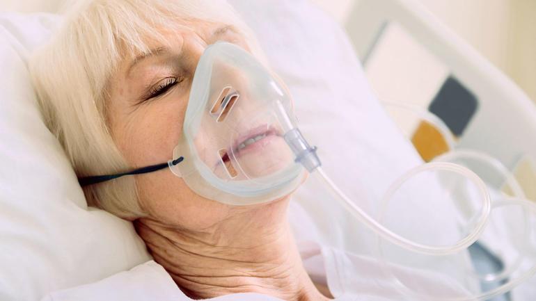 Eldre pasient med oksygenmaske. Foto: iStockphoto