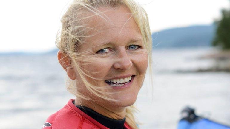 Portrett av avdelingsleder i Olympiatoppen Sørøst, Jorunn Horgen ikledd brettseilerutstyr.