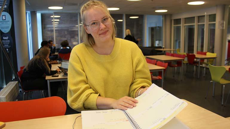 - På semesterplanen står det hvilken litteratur du har til hver forelesing, og skriv det gjerne inn i timeplanen, sier USN-student Rikke Falla.