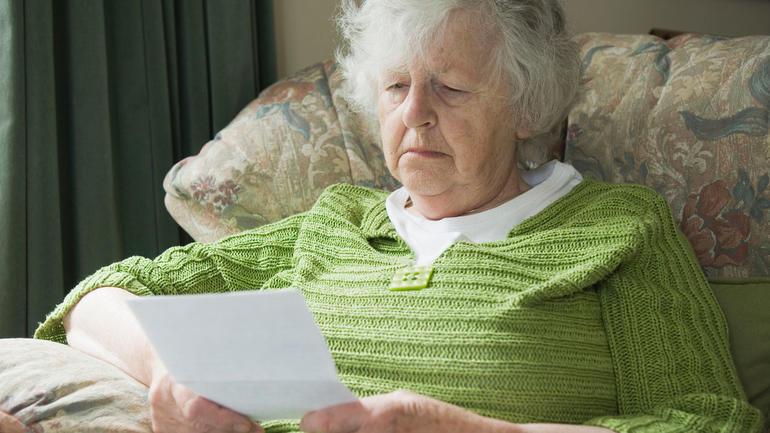 Pensjonist leser. Foto