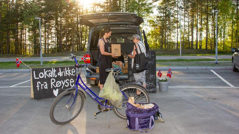 REKO-Ringen på Ringerike gir lokale produsenter mulighet til å selge direkte til kundene, og overlevering skjer like gjerne fra bagasjerommet på bilen. Foto: Kristin Levy, Ringerike.no/Ringeriksregionen
