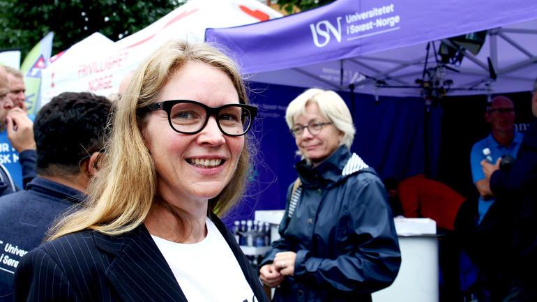 Helle K. Falkenberg ved USNs stand på Arendalsuka. Foto: An-Magritt Larsen