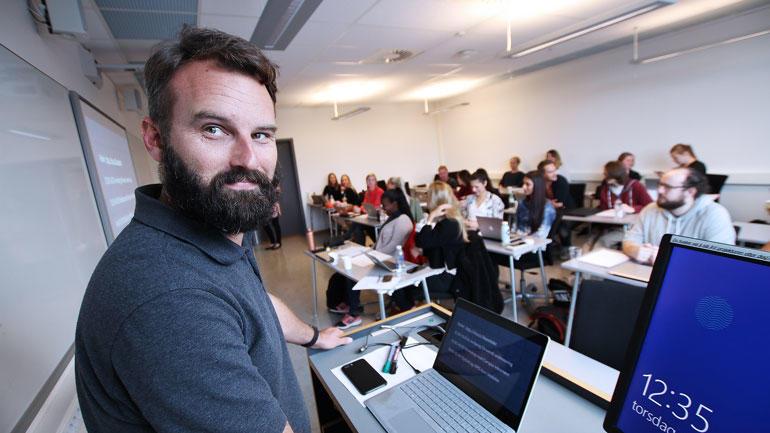 Morten Oddvik foran klassen med lærerstudenter på USN