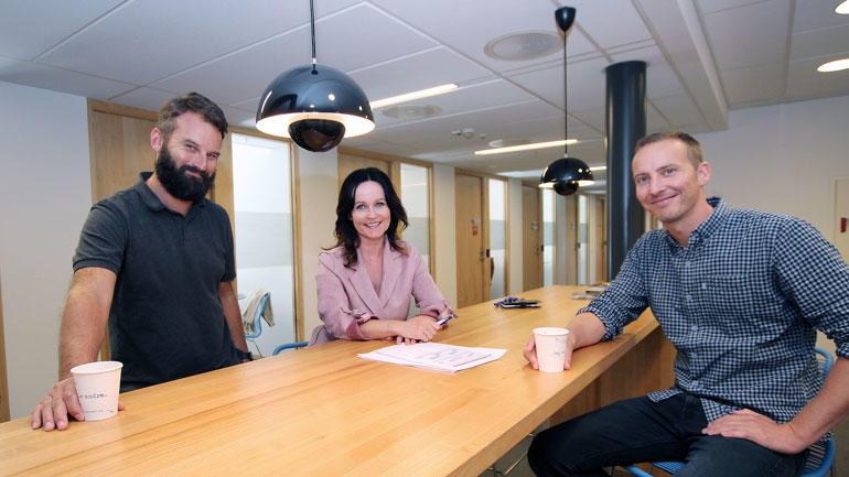Praksislærer II Morten Oddvik står rundt et bord sammen med førstelektor  i pedagogikk Rakel Rohde Næss og førsteamanuensis Magnus Hontvedt.
