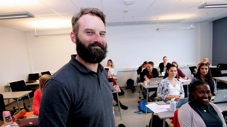 Morten Oddvik smilende foran klassen med lærerstudenter.