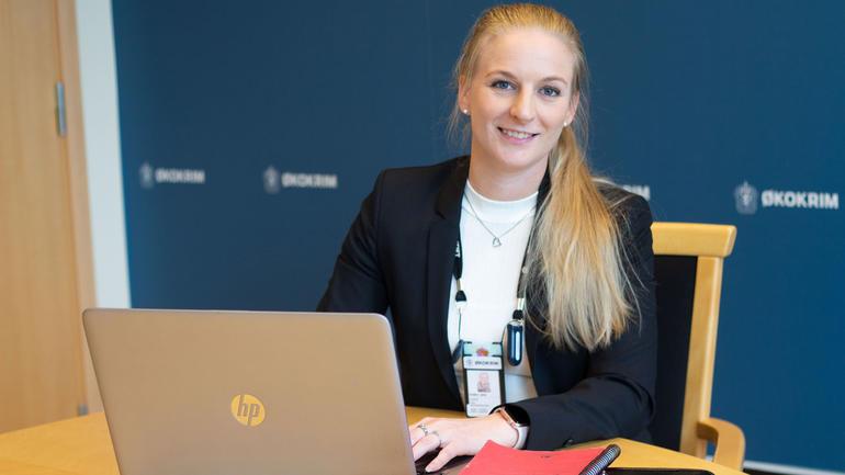 Anita Lohne jobber hos ØKOKRIM etter økonomi-studier på USN. Foto: Politiet