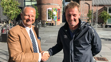 Trond I. Østgaard fra USN Handelshøyskolen og Arne Marcussen fra MIF Fotball vil tilby studiemuligheter til fotballtalentene i MIF. Foto: