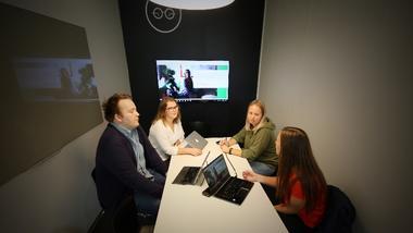 ndreas Ek Pedersen, Mari Telise Nilsen, Ida Groven og Linn Cecilie Solberg sitter inne på et av campus Drammens grupperom og diskuterer innholdet i den digitale kunnskapsreisen. foto.